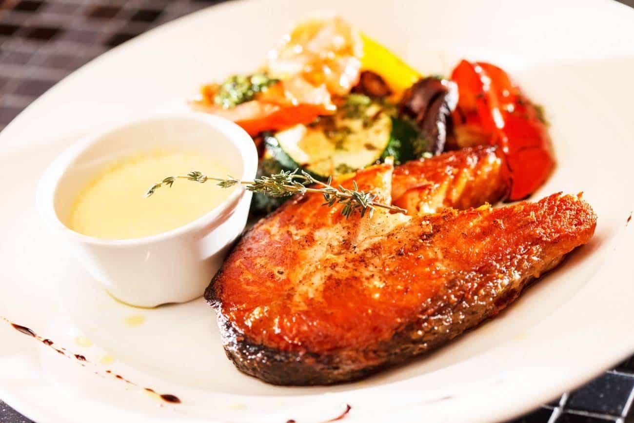 salmón asado con tomate
