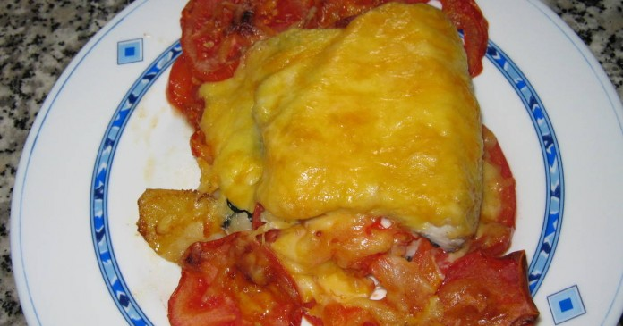 pescadilla con tomate y queso