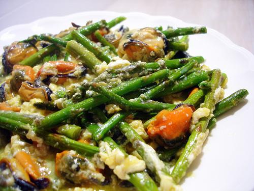 Revuelto de esp rragos y mejillones en plato o en tosta - Comidas con esparragos ...