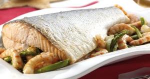salmón con gambas y trigueros