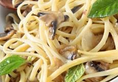 Espaguetis con cebolla y setas