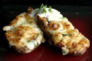 patatas horneadas con queso cheddar y cebollín