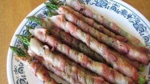 espárragos envueltos en bacon