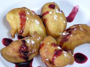 Bunuelos con salsa de frambuesa