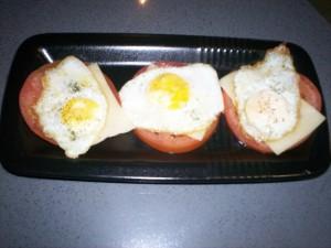 Canapes de huevos de codorniz, tomate y queso