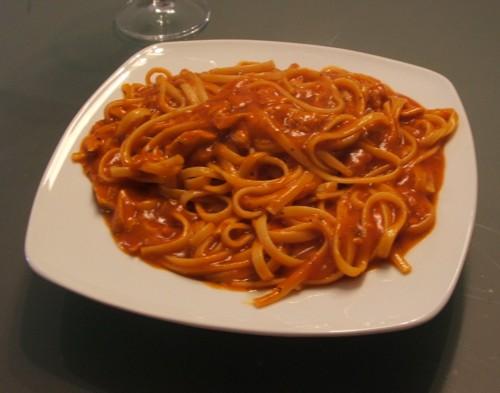 spaguetti con salsa de bacalao y tomate