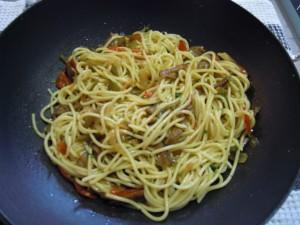 Espaguetis con pimientos y setas