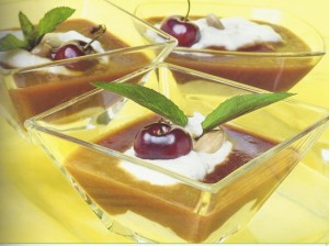 Crema de leche con salsa de cerezas