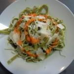 Cintas verde con gulas y salsa de pimientos del piquillo