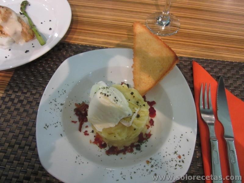 Huevos poche con pure de patata trufada, crujiente de jamon y brie