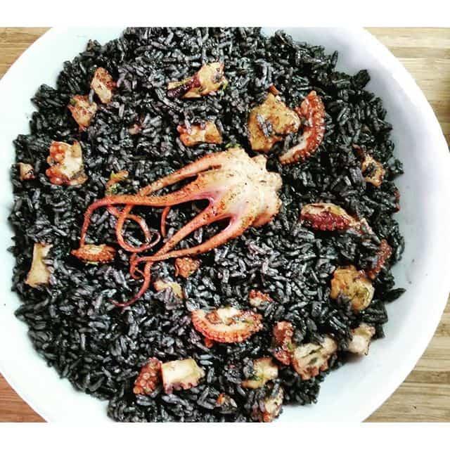 pulpo en su tinta con arroz