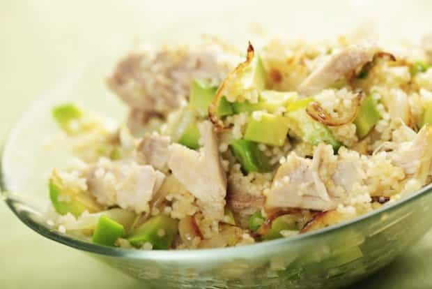 Ensalada veraniega de pollo, aguacate y cerezas
