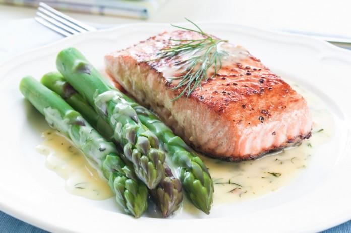 salmon a la plancha con esparragos