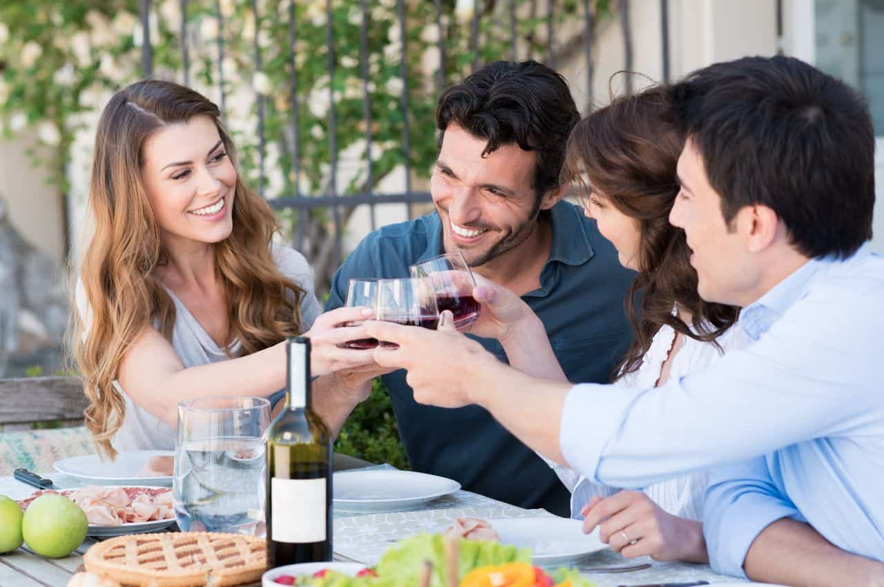 coger la copa de vino