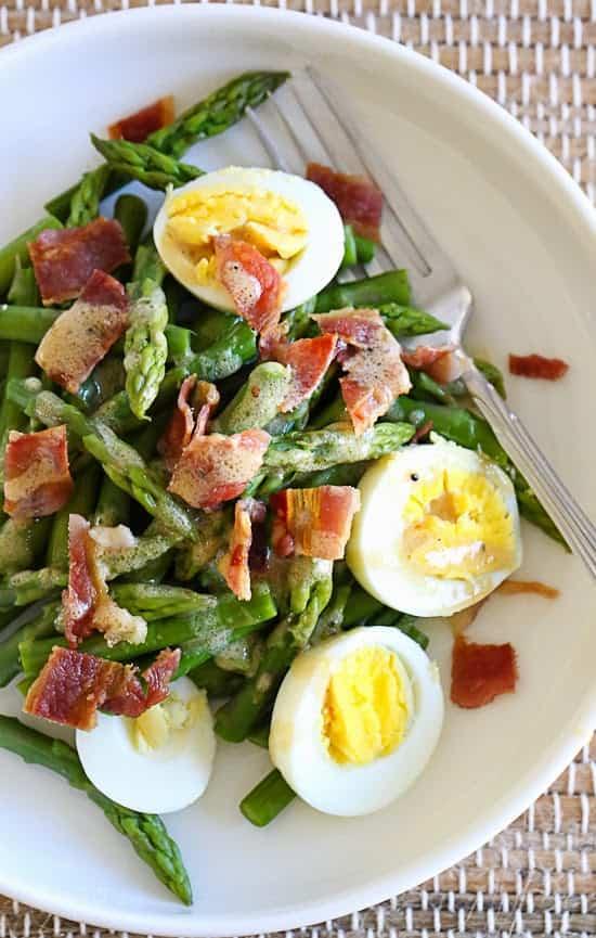 ensalada de esparragos, bacon y huevo