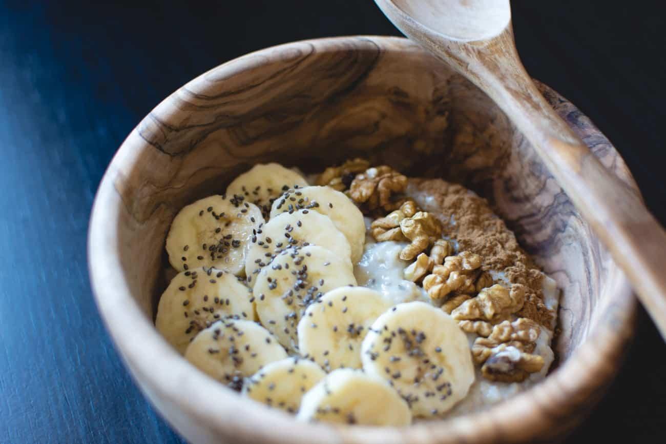 desayuno fortificante - muesli, banana y frutos secos, yogurt