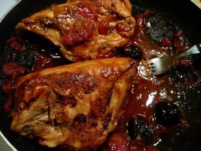 pollo con ciruelas y pasas