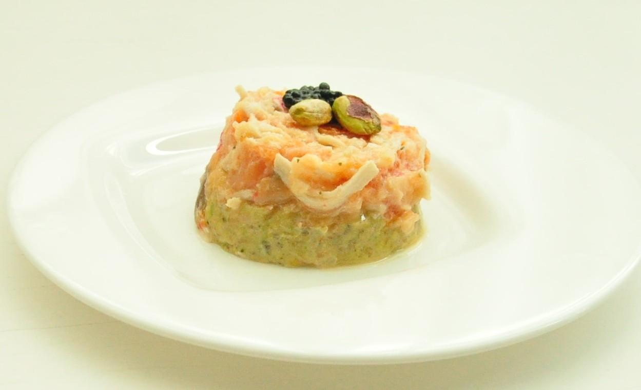 Tartar de salmón ahumado sobre guacamole de pistachos