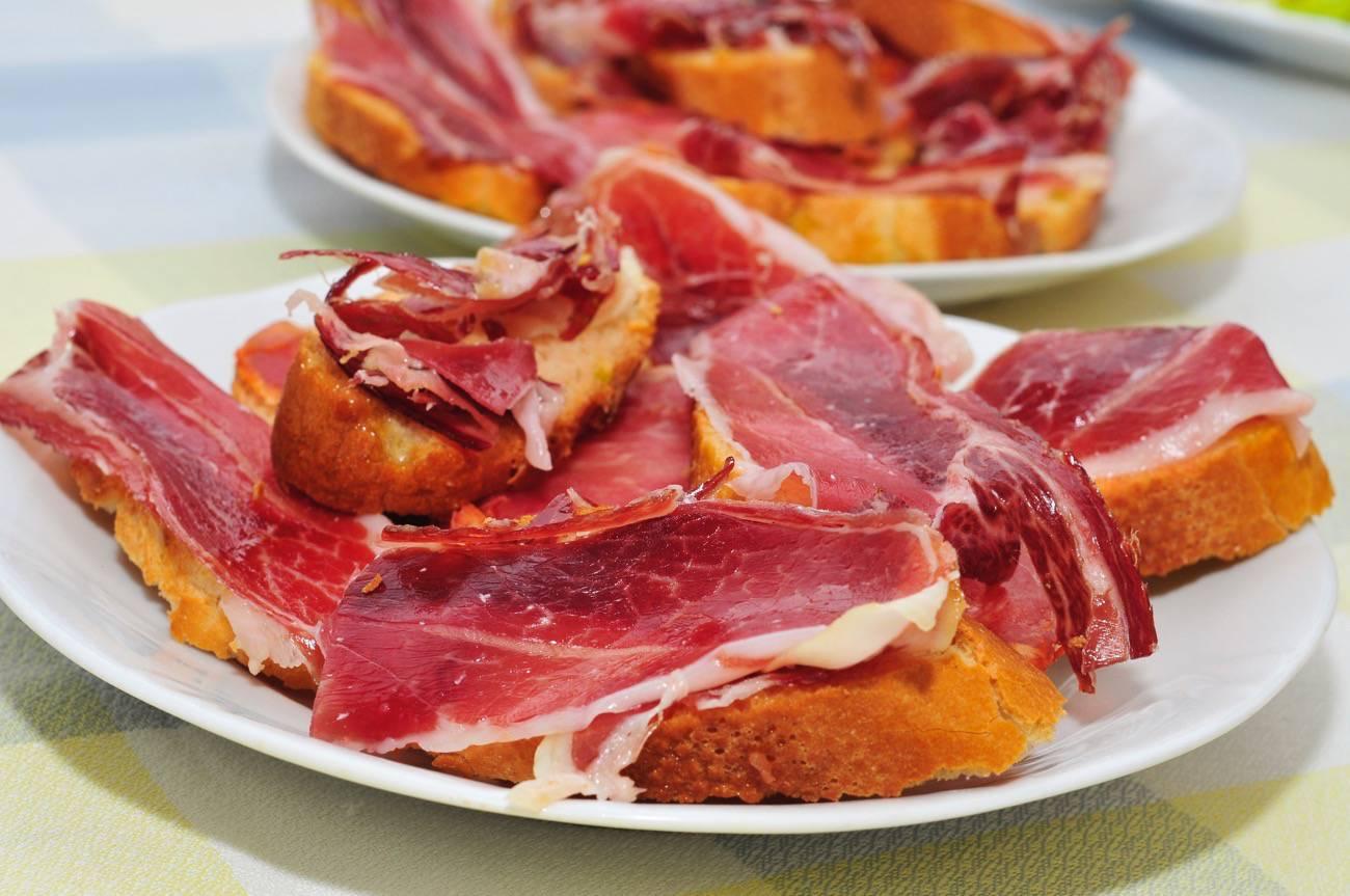 tapas españolas - pantumaca con jamon