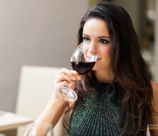 La forma correcta de agarrar una copa es por el tallo.