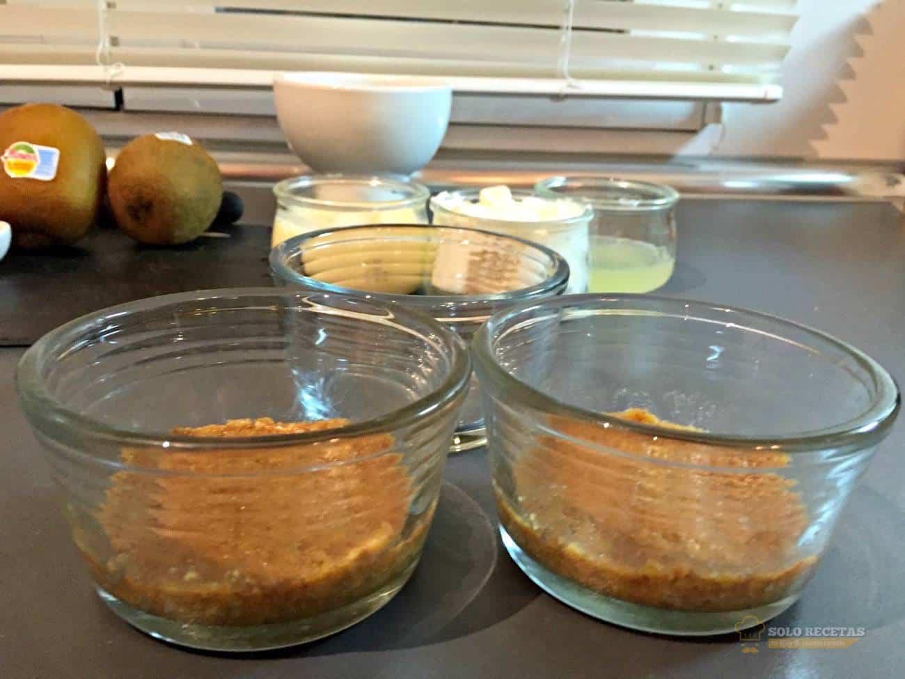 tarta de queso con kiwi - paso 4 - vasos