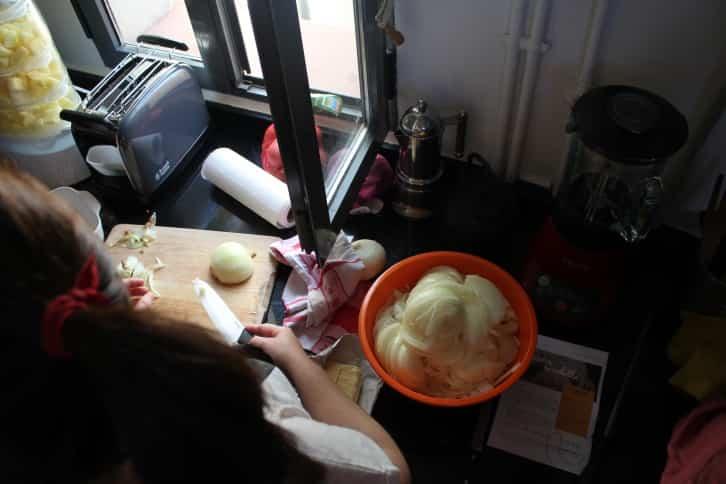 Cortando la cebolla en la clase de cocina