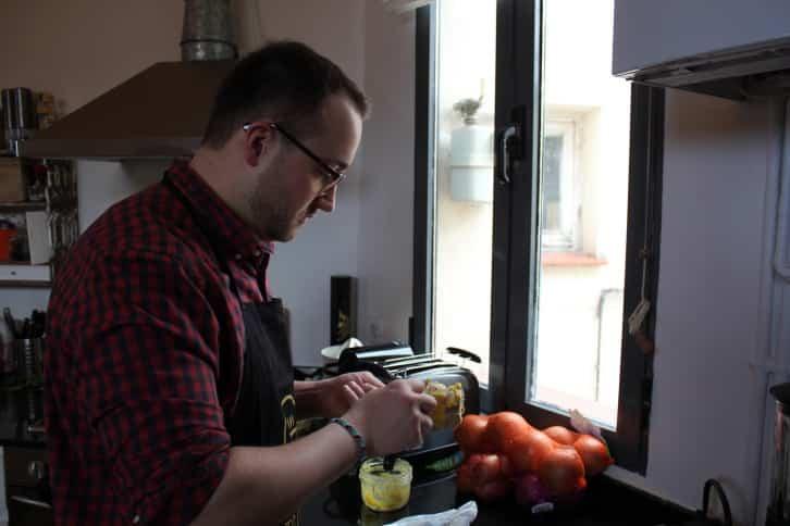 experiencia de cocina - Julien preparando el foie gras para la clase