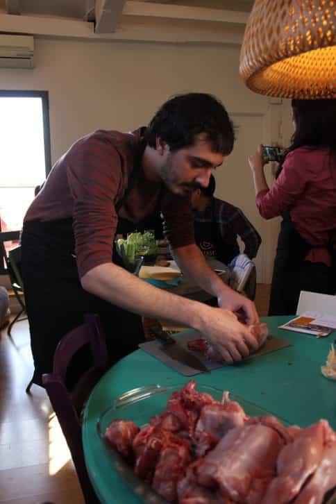 Luis cortando el conejo