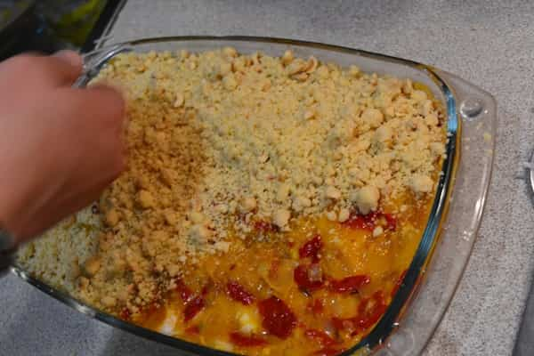 Colocar el crumble sobre el chutney de mango