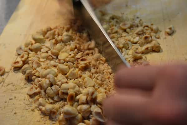 crumble de bacalao con chutney de mango y pimientos de piquillo