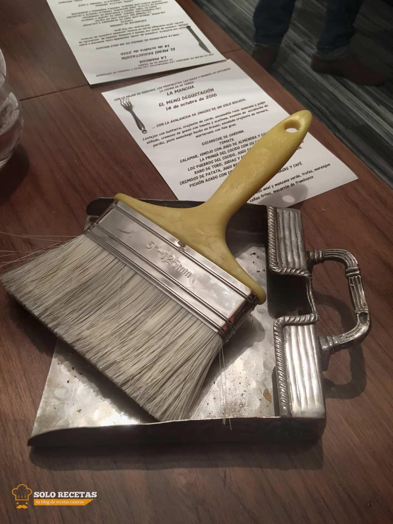 Limpiando la mesa de mejillas de pan con una brocha