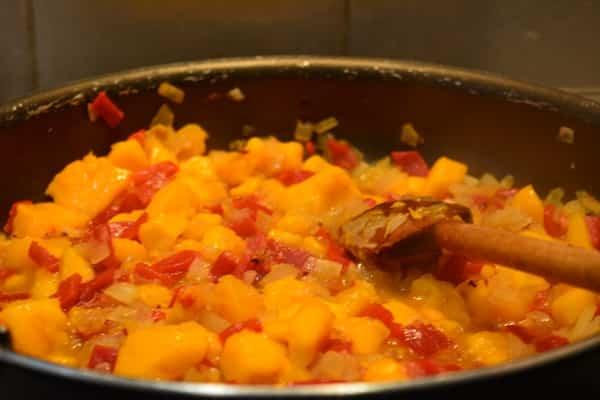 Preparacion del chutney de mango y pimientos de piquillo