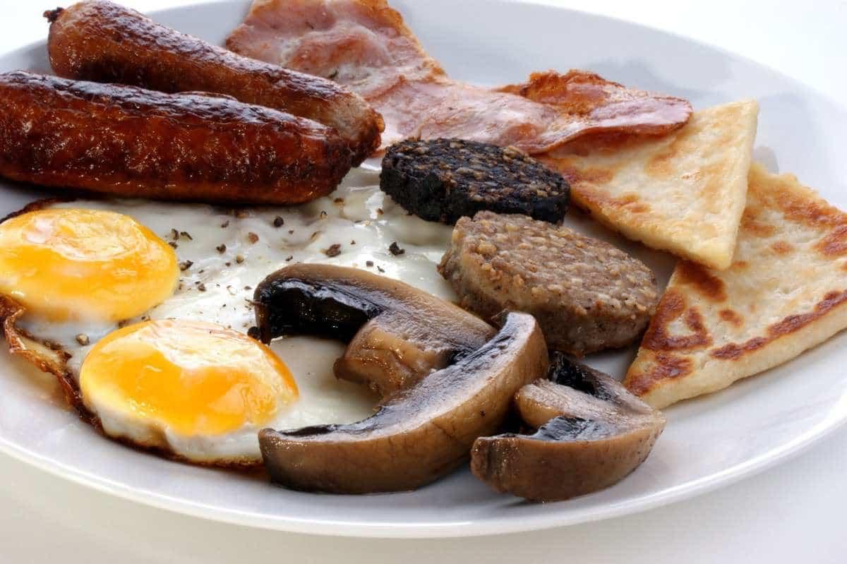 Irish Breakfast con zumo de naranja - remedios caseros para la resaca