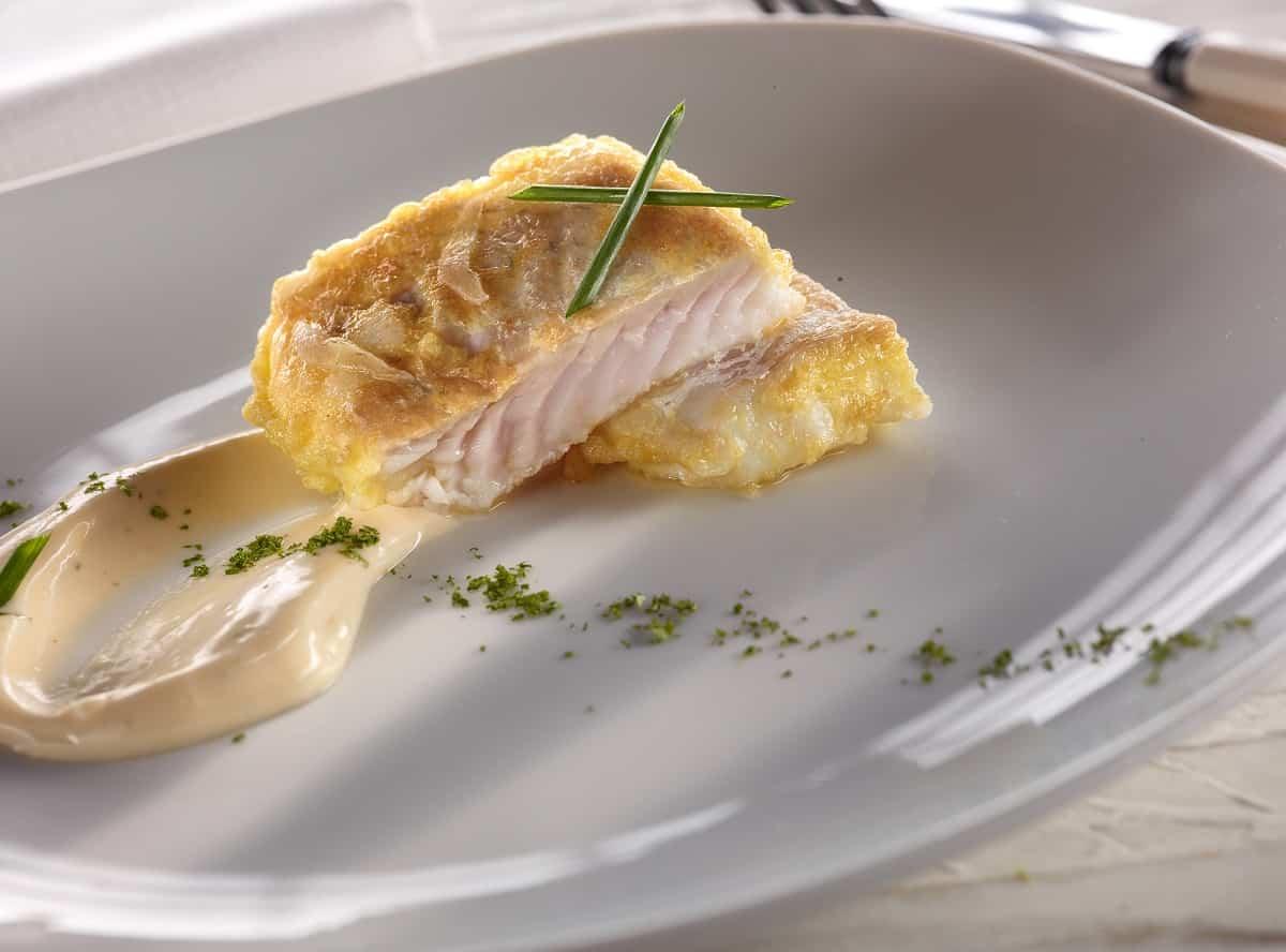 Merluza rebozada con mayonesa de ostras